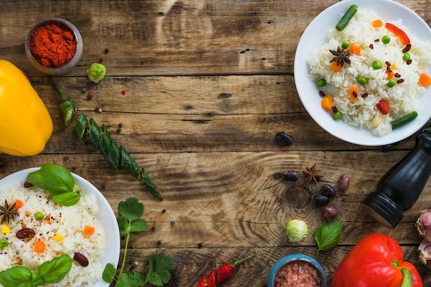 Delicioso desayuno con ingredientes frescos en mesa marrón. Foto gratis