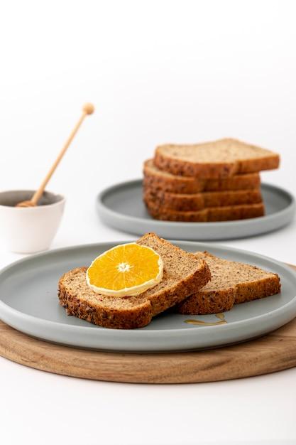 Delicioso desayuno pan con rodaja de limón Foto gratis