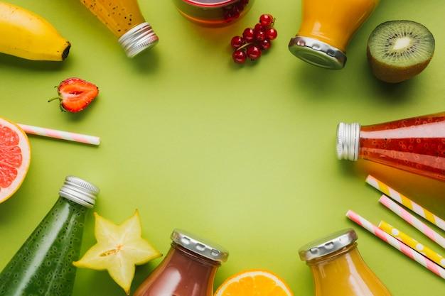 Delicioso marco de frutas y batidos. Foto gratis