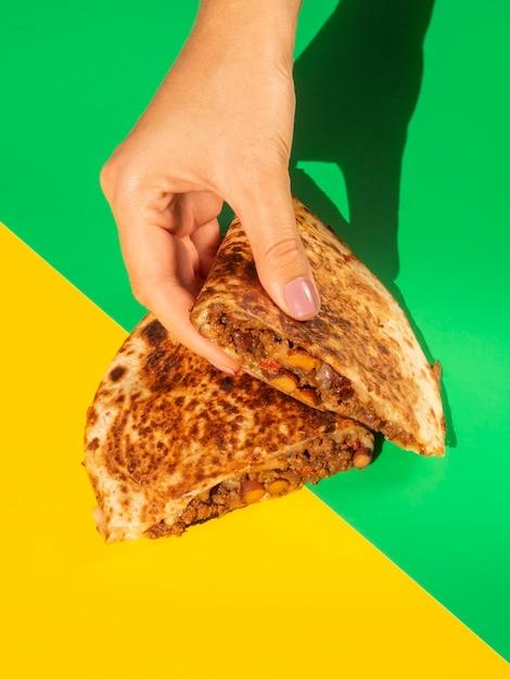 Delicioso pan de tortilla en manos Foto gratis