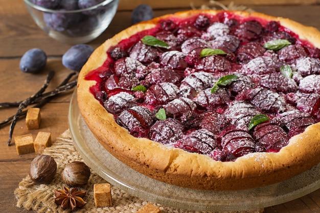 Delicioso pastel con ciruelas frescas y frambuesas Foto gratis