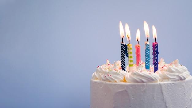 Delicioso pastel de cumpleaños con espacio de copia Foto gratis