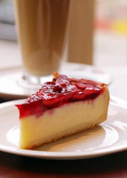 Delicioso pastel de frutas en un plato Foto gratis