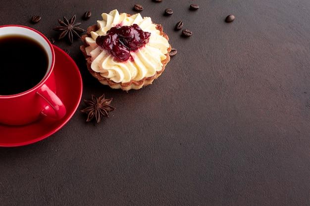 Delicioso pastel con granos de café copia espacio Foto gratis