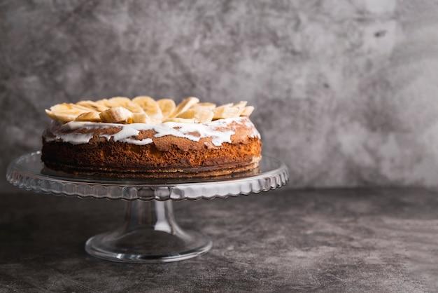 Delicioso pastel con rodajas de plátano en la parte superior Foto gratis