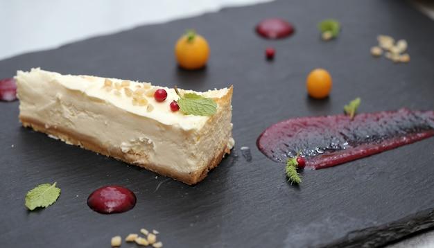 Delicioso pastel y sus ingredientes. Foto gratis