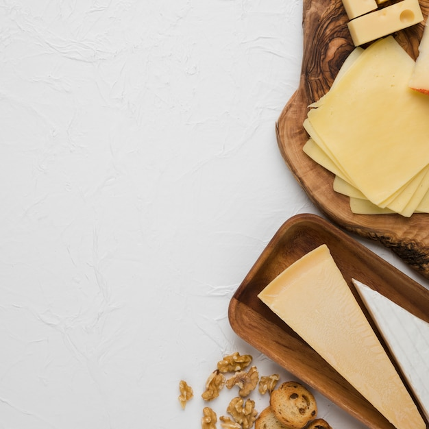 Delicioso plato de queso con rebanada de pan y nuez Foto gratis