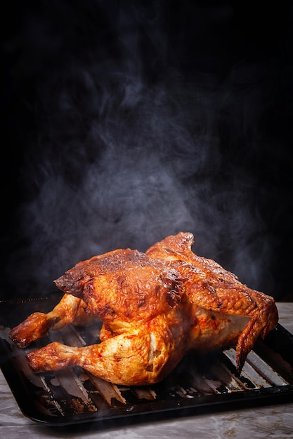 Delicioso pollo en la mesa Foto gratis