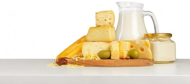 Delicioso queso sobre la mesa Foto Premium