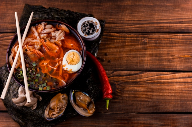 Delicioso ramen japonés con espacio de copia Foto gratis