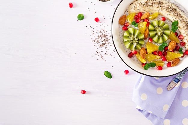 Delicioso y saludable pudín de chía con semillas de plátano, kiwi y chía. Foto gratis