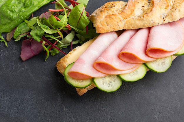 Delicioso sándwich de pavo de cerca Foto gratis