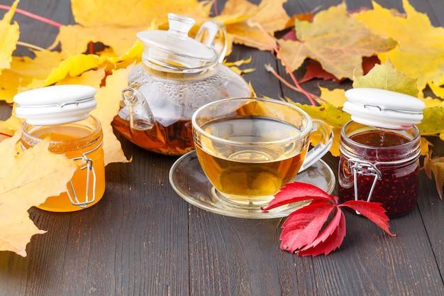 Delicioso té con bayas de espino amarillo en un vaso de vidrio sobre la mesa Foto Premium