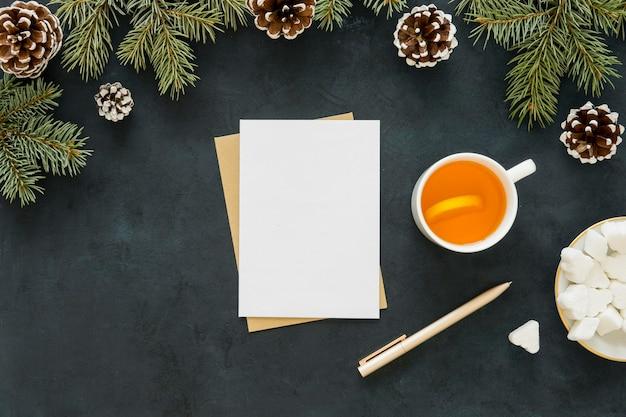 Delicioso té caliente junto con agujas de pino Foto gratis