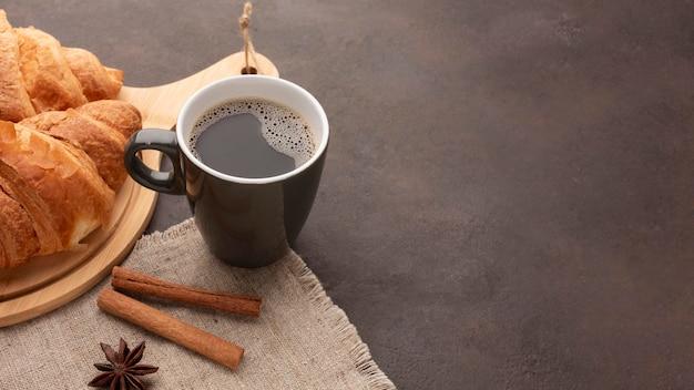 Deliciosos cruasanes y café. Foto gratis