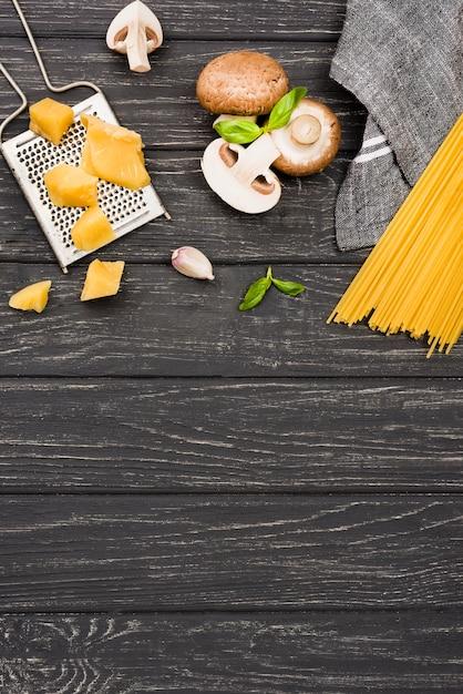 Deliciosos espaguetis con champiñones y espacio de copia Foto gratis