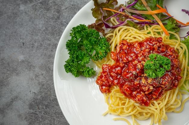 Deliciosos espaguetis servidos con hermosos ingredientes. Foto gratis