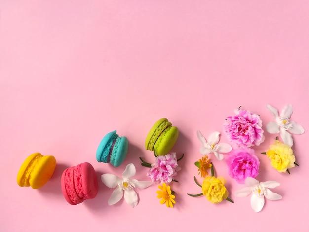 Deliciosos Macarrones Coloridos Con Flores De Colores Pastel Sobre
