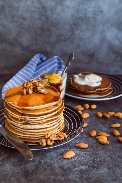 Deliciosos panqueques con miel. Foto gratis