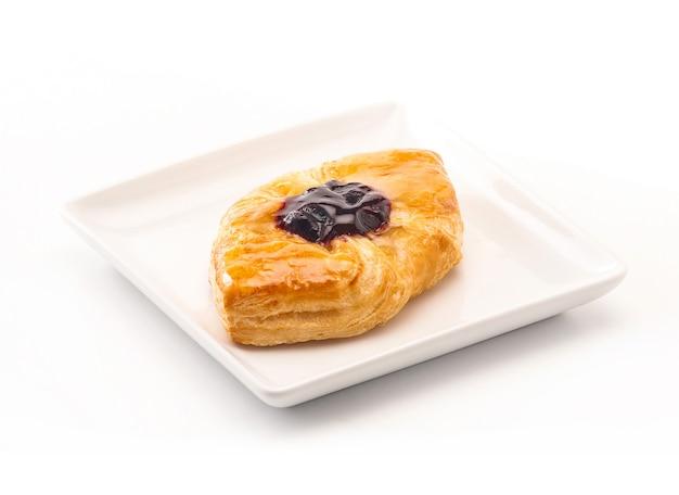Deliciosos pasteles daneses sobre fondo blanco Foto Premium