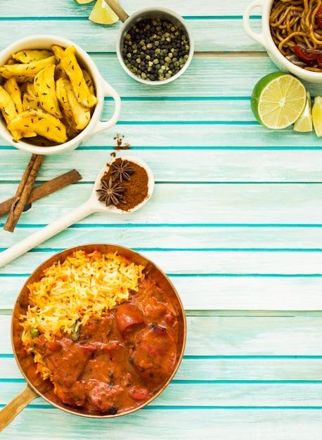 Deliciosos platos y especias en la mesa Foto gratis