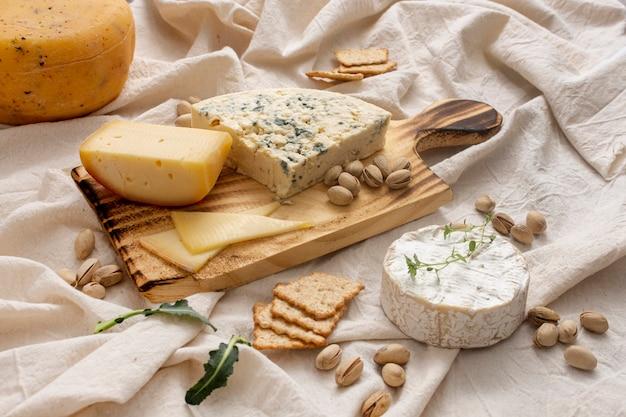 Deliciosos quesos orgánicos y nueces Foto gratis