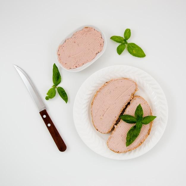 Deliciosos sándwiches de paté en un plato Foto gratis