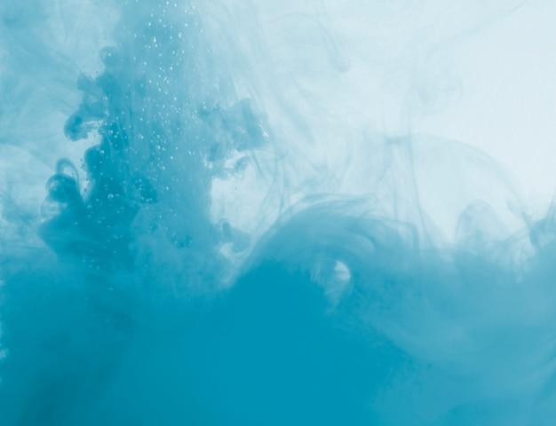 Densa nube azul de neblina en líquido. Foto gratis