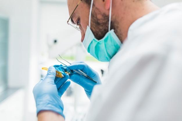 Dentista hombre preparando impresión dental Foto Premium