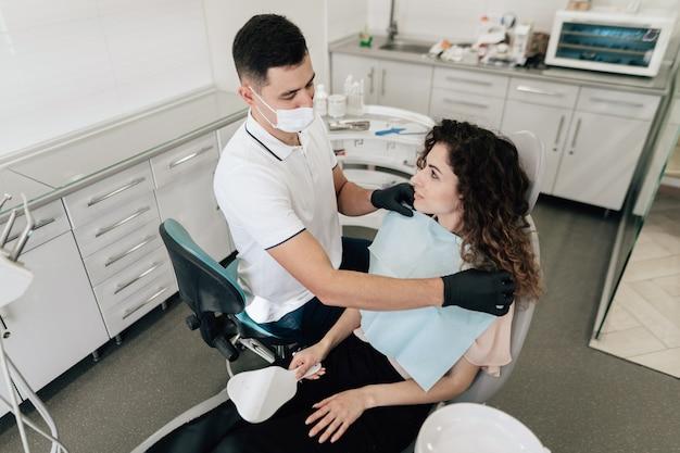 Dentista preparando paciente en la oficina Foto gratis