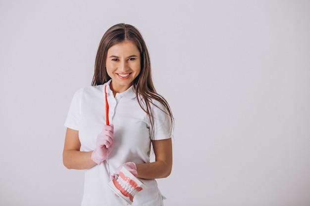 Dentista de sexo femenino con las herramientas de la odontología aisladas Foto gratis