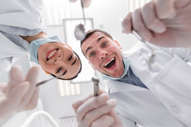 Dentistas desde perspectiva del paciente Foto gratis