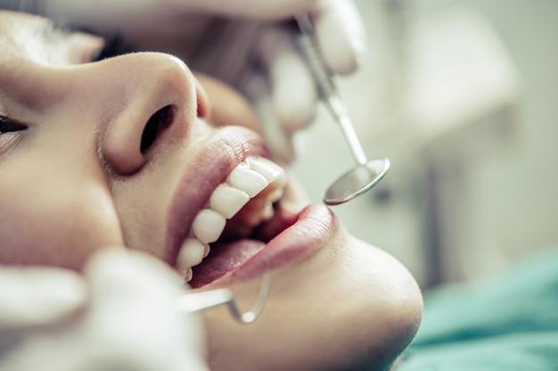 Los dentistas tratan los dientes de los pacientes. Foto gratis