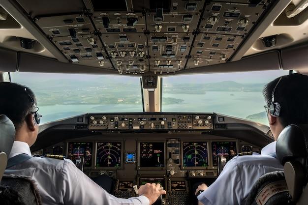 Dentro de la cabina del avión comercial mientras vuela acercándose a la pista. Foto Premium
