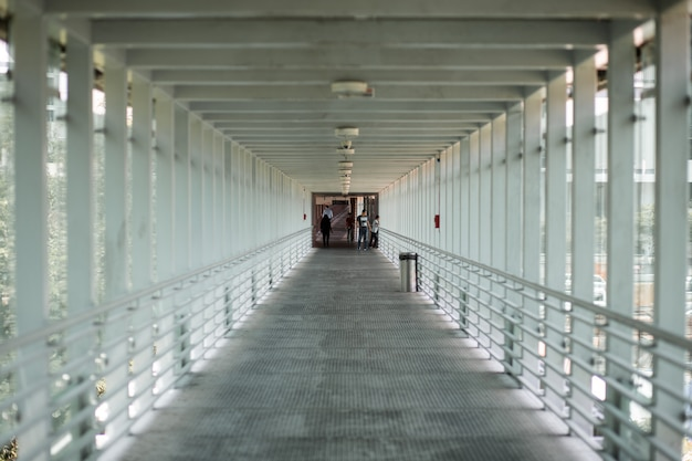 Dentro de un largo cruce peatonal Foto Premium