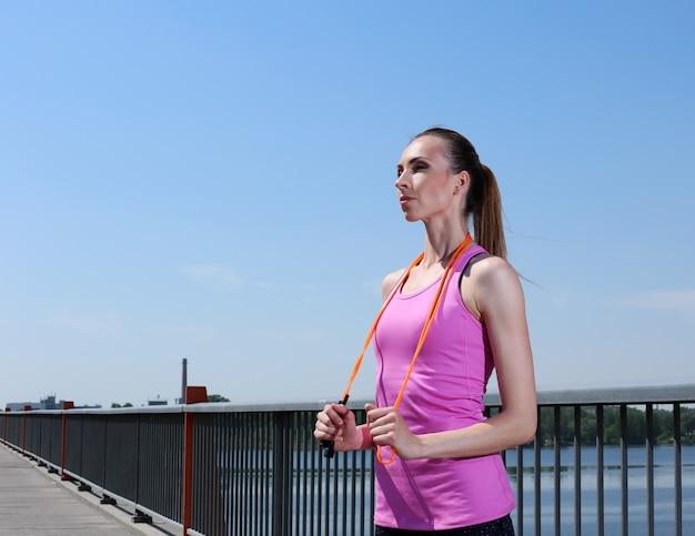 Deporte. chica atractiva con saltar la cuerda Foto gratis