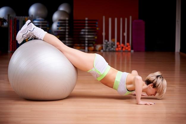 Deportes joven está entrenando en el gimnasio. Foto Premium