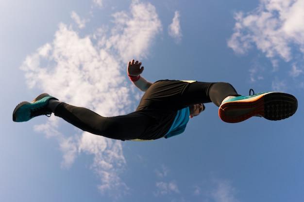 Deportista corre y salta al cielo Foto gratis
