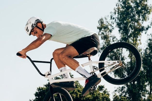 Deportista haciendo trucos exreme Foto gratis