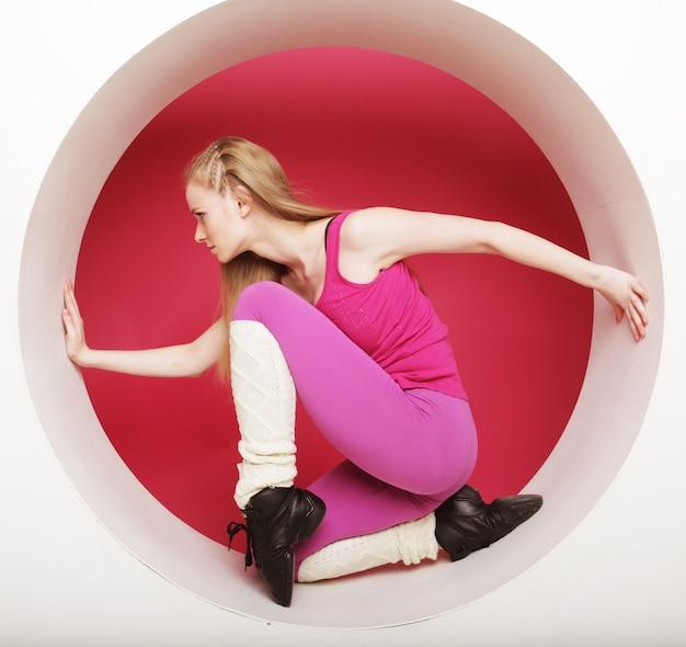 Deportiva mujer posando en círculo rosa Foto Premium