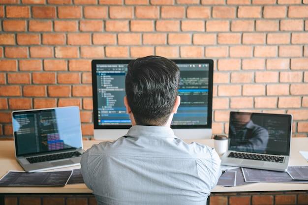 Desarrollador programador reunión de cooperación y lluvia de ideas y programación en el sitio web Foto Premium