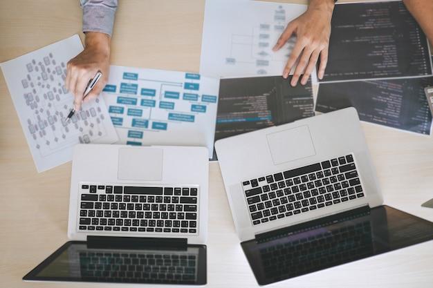 Desarrollador programador de reuniones y lluvia de ideas y programación en el sitio web trabajando un software Foto Premium