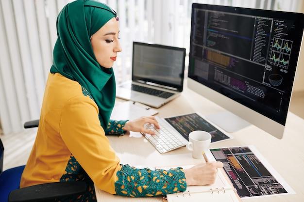 Desarrollador de software trabajando en programación cod Foto Premium