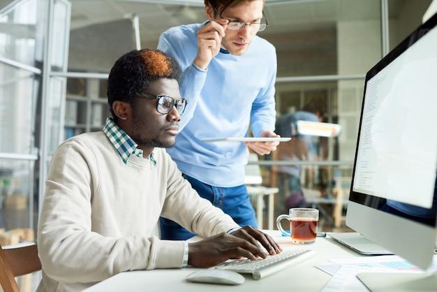 Desarrolladores web trabajando en código Foto Premium