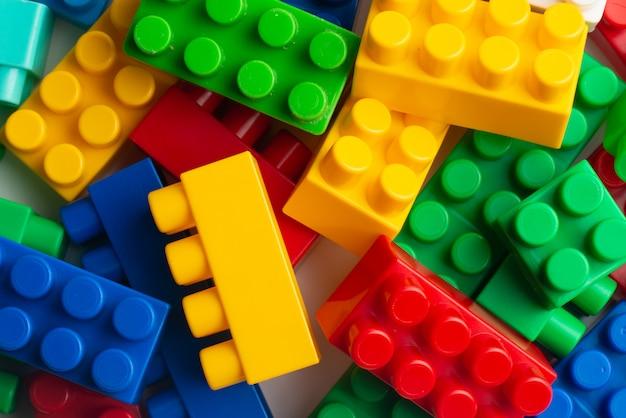 Desarrollo infantil, bloques de construcción, construcción de edificios y camiones. Foto Premium