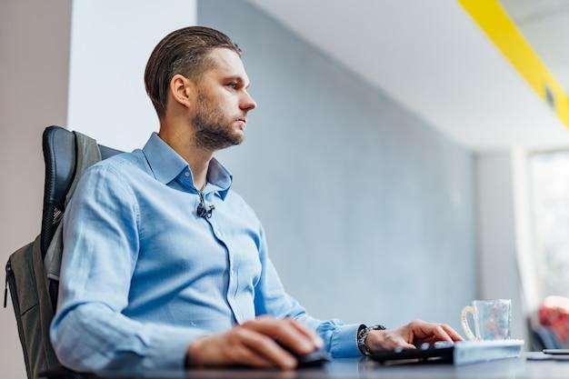Desarrollo de tecnologías de programación y codificación. diseño de páginas web. programador trabajando en una oficina de desarrollo de software. Foto Premium