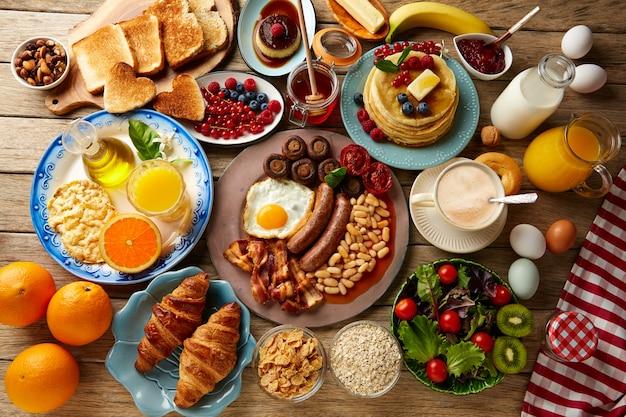 Desayuno buffet completo continental e inglés. Foto Premium