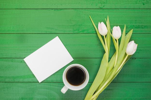Desayuno con café y flores Foto gratis