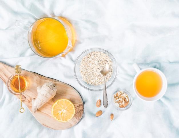 Desayuno con cereales en la cama Foto gratis