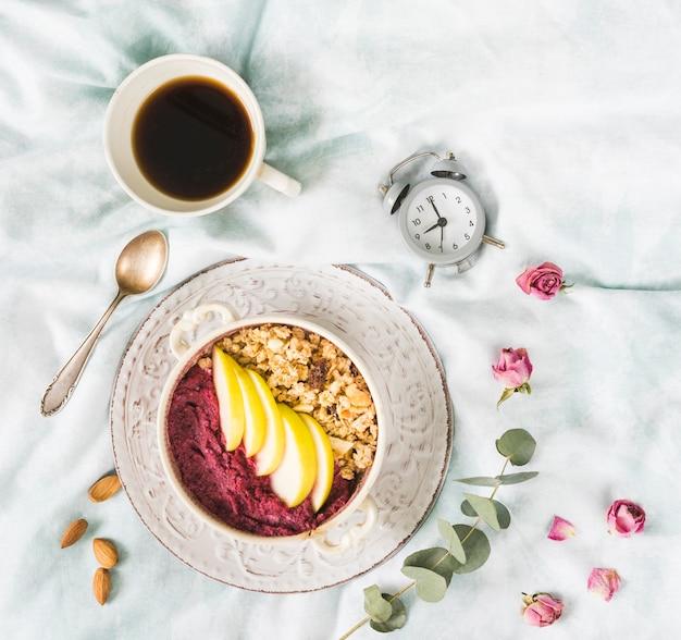 Desayuno con cereales y frutas Foto gratis